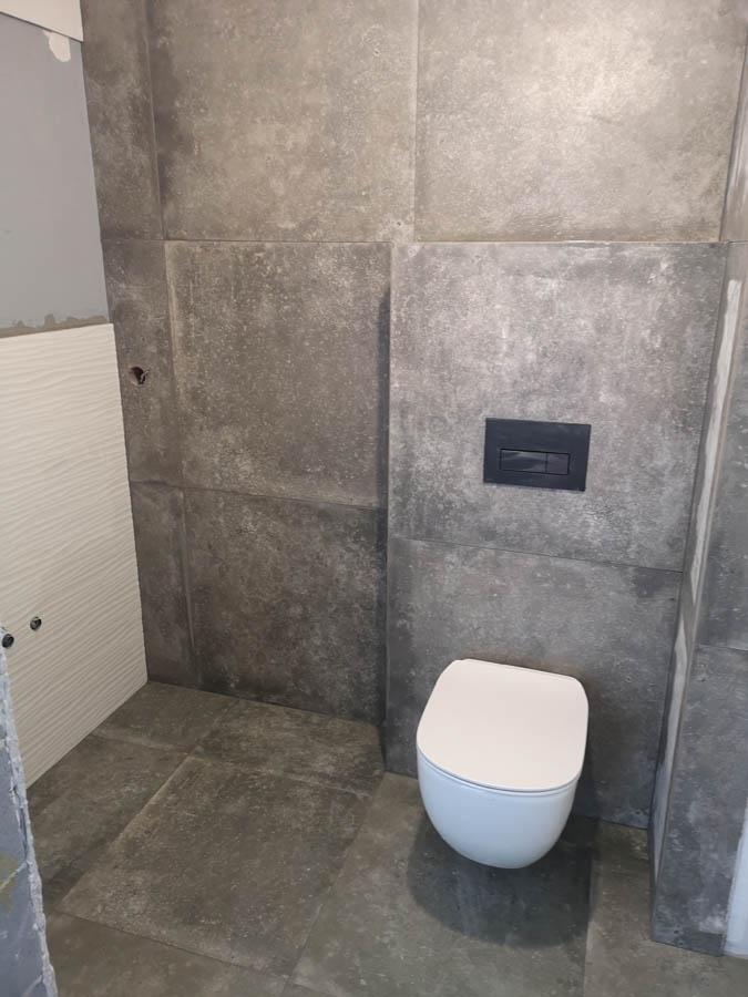 szara łazienka łódź ukryty rezerwuar