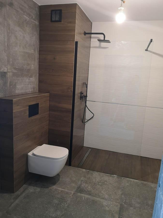 łazienka drewno beton łódź z prysznicem