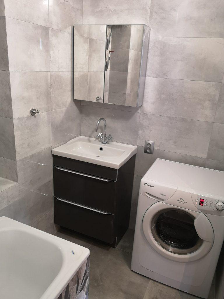 Nowocznesna szara łazienka Łódź po remoncie - szare kafelki, lustro